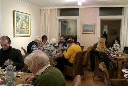 Kunst-Café mit Gästen