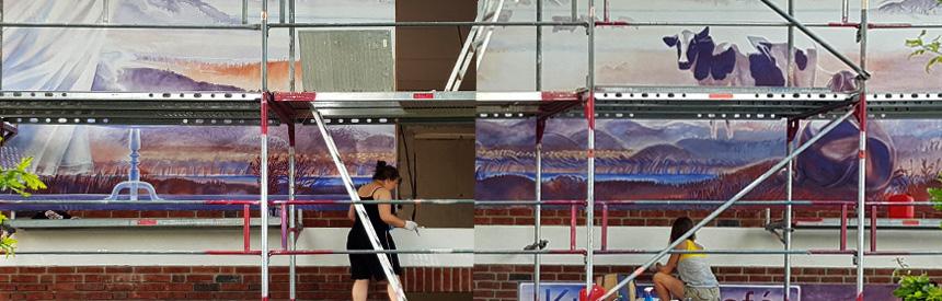 Kunst am Bau - Künstlerinnen bei der Arbeit